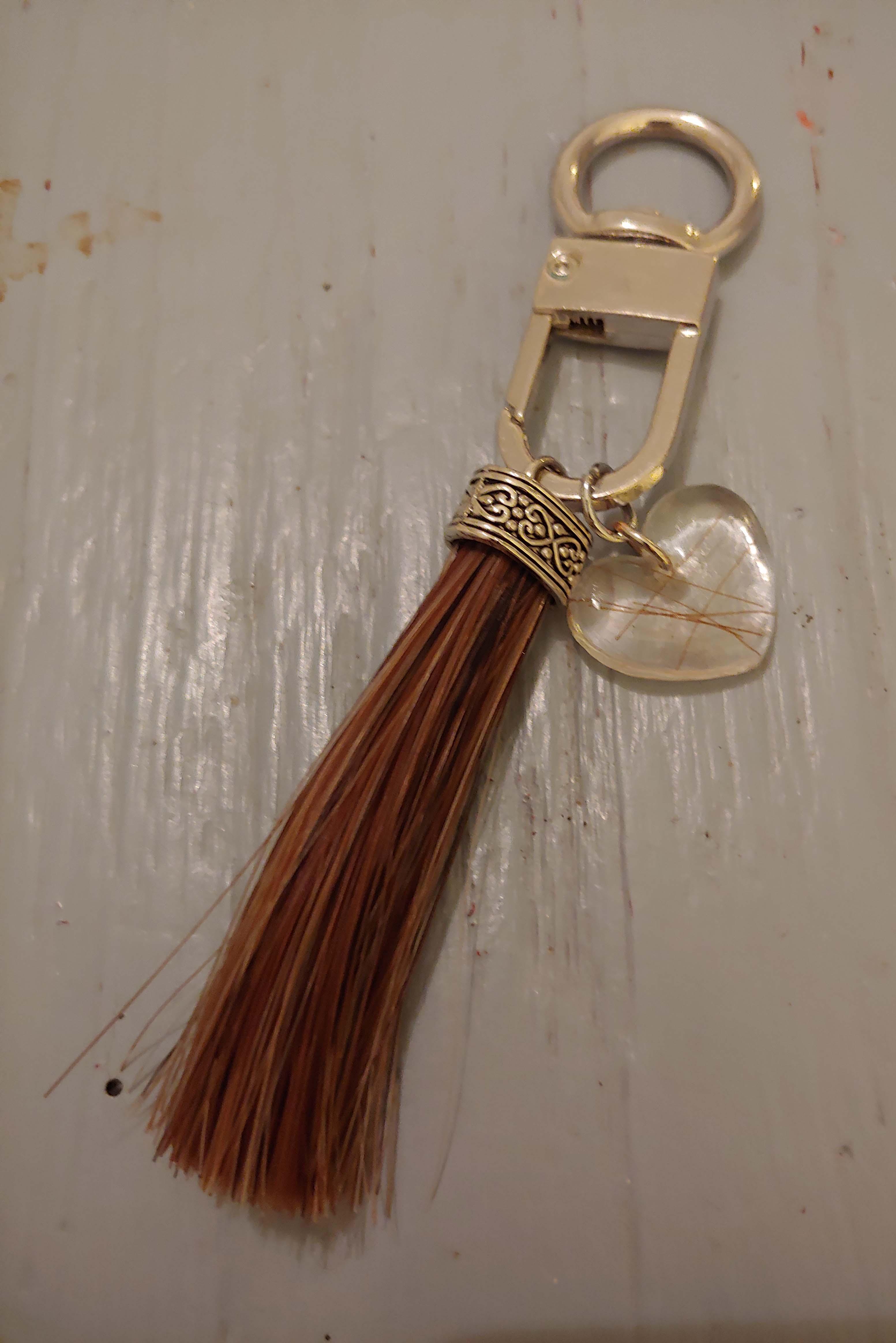 Sleutelhanger van Ilion zijn haar en zijn haar in een epoxy hart