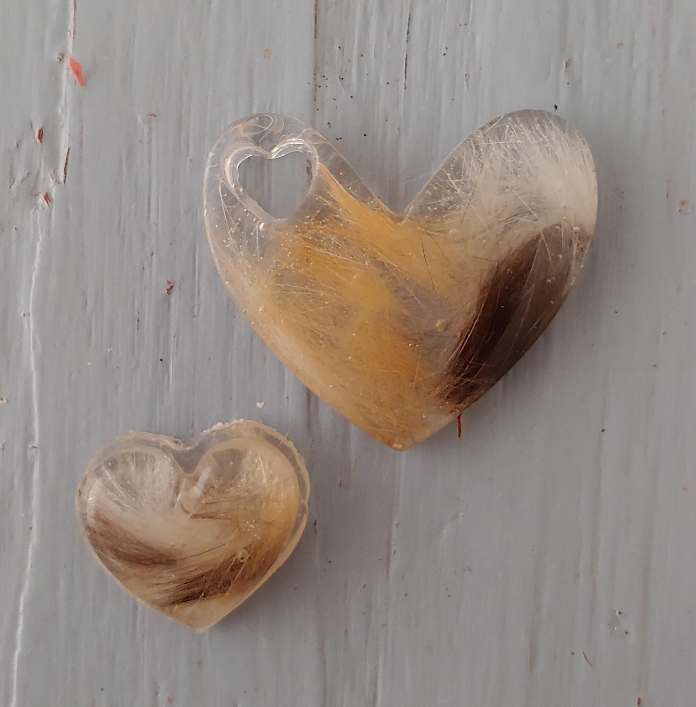het haar van een kat in een epoxy hart en een epoxy sleutelhanger
